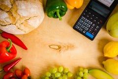 Κατάλογος μετρητών και λαχανικά στον πίνακα Στοκ Εικόνα