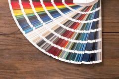 Κατάλογος χρώματος στο ξύλινο γραφείο στοκ φωτογραφία με δικαίωμα ελεύθερης χρήσης