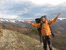 Κατά τη διαδρομή στα χιονώδη βουνά στοκ εικόνες με δικαίωμα ελεύθερης χρήσης