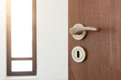 Κατά το ήμισυ ανοιγμένη πόρτα σε ένα ampty δωμάτιο Λαβή πορτών, κλειδαριά πορτών Υποδοχή, στη νέα εγχώρια έννοια Στοκ φωτογραφία με δικαίωμα ελεύθερης χρήσης