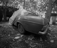 Κατά το ήμισυ καλυμμένο απόρριμα ή εκλεκτής ποιότητας αυτοκίνητο Στοκ φωτογραφία με δικαίωμα ελεύθερης χρήσης