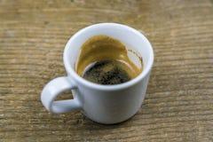 Κατά το ήμισυ μεθυσμένο φλυτζάνι του ισχυρού καφέ espresso Στοκ φωτογραφίες με δικαίωμα ελεύθερης χρήσης