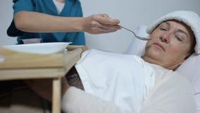 Κατά το τέλος άρρωστη γυναίκα με τη συμπίεση στο μέτωπο που αρνείται από το κουάκερ ασύλων απόθεμα βίντεο