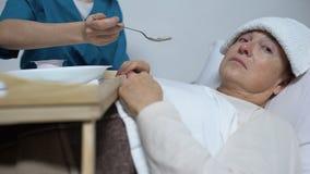 Κατά το τέλος άρρωστος θηλυκός ασθενής που αρνείται από το γεύμα, λυπημένη γυναίκα που υφίσταται την ασθένεια απόθεμα βίντεο