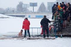 Κατάδυση βαπτίσματος στην παράδοση εορτασμού της Ουκρανίας Epiphany, στις 19 Ιανουαρίου Στοκ Εικόνα
