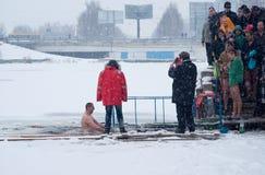Κατάδυση βαπτίσματος στην παράδοση εορτασμού της Ουκρανίας Epiphany, Janua Στοκ Εικόνα