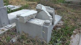 Κατέστρεψε τους τάφους στο εβραϊκό νεκροταφείο Βάρνα bulblet 4K απόθεμα βίντεο