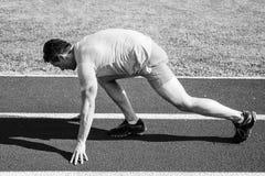 Καταβάλτε προσπάθεια για τη νίκη Χαμηλή πορεία σταδίων θέσης έναρξης στάσεων δρομέων αθλητών ατόμων Δρομέας έτοιμος να πάει ενήλι στοκ εικόνες