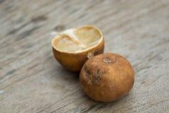 Καταβεβλημένη ώριμη πτώση λεμονιών καφετιά ξύλινα πατώματα Ξύλινο clea πριονιών Στοκ εικόνα με δικαίωμα ελεύθερης χρήσης