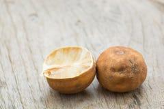 Καταβεβλημένη ώριμη πτώση λεμονιών καφετιά ξύλινα πατώματα Ξύλινο clea πριονιών Στοκ εικόνες με δικαίωμα ελεύθερης χρήσης