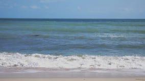 Καταβρέχει τη θάλασσα στην τροπική παραλία στο νησί Koh Samui κίνηση αργή 3840x2160 φιλμ μικρού μήκους
