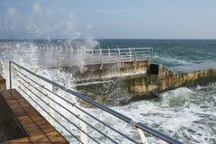 Καταβρέχοντας θαλάσσιο νερό τη θυελλώδη ημέρα Στοκ φωτογραφίες με δικαίωμα ελεύθερης χρήσης