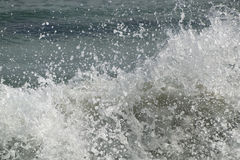 Καταβρέχοντας κύματα θάλασσας στοκ εικόνα