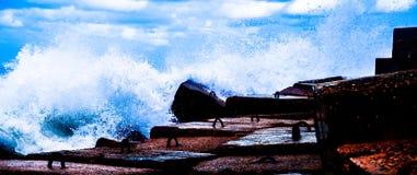 καταβρέχοντας κύματα στοκ εικόνες με δικαίωμα ελεύθερης χρήσης