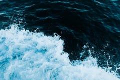 Καταβρέχοντας κύμα θάλασσας Στοκ Φωτογραφίες