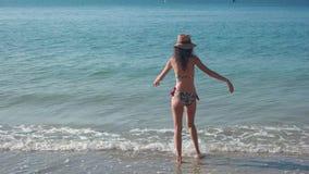 Καταβρέχοντας νερό γυναικών στην ακτή φιλμ μικρού μήκους