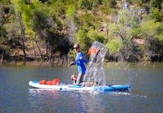 Καταβρέχοντας νερό γυναικών στον κουπί-πίνακα στάσεων πινάκων κουπιών επάνω στοκ εικόνες
