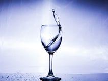 Καταβρέχοντας νερό σε ένα γυαλί Στοκ Φωτογραφία