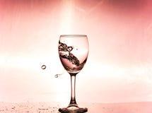 Καταβρέχοντας νερό σε ένα γυαλί Στοκ Εικόνα