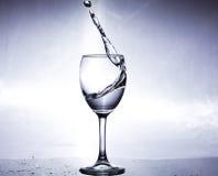 Καταβρέχοντας νερό σε ένα γυαλί Στοκ εικόνες με δικαίωμα ελεύθερης χρήσης