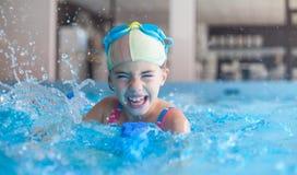 Καταβρέχοντας πισίνα νέων κοριτσιών Στοκ φωτογραφία με δικαίωμα ελεύθερης χρήσης