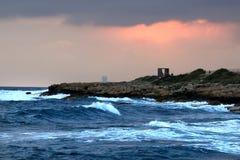 Καταβρέχοντας σύννεφα θερινού ηλιοβασιλέματος προκυμαιών θάλασσας θύελλας κυμάτων στοκ φωτογραφίες με δικαίωμα ελεύθερης χρήσης