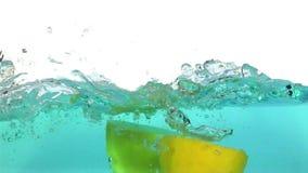 καταβρέχοντας ύδωρ λεμο&n απόθεμα βίντεο