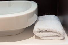 Καταβόθρα λουτρών με την άσπρη πετσέτα Στοκ Εικόνες