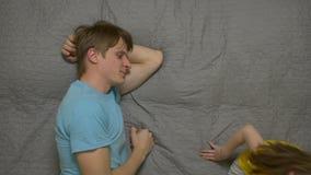 Καταγεγραμμένο πατέρας τηλέφωνο και συζήτηση στο παιδί απόθεμα βίντεο