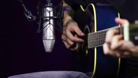 Καταγράφοντας ακουστική κιθάρα στο στούντιο απόθεμα βίντεο