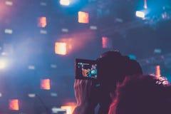 Καταγραφή στη κάμερα από ένα τρίποδο από μια πλατφόρμα συναυλίας Στοκ εικόνες με δικαίωμα ελεύθερης χρήσης