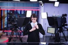Καταγραφή τηλεοπτικών παρουσιαστών στο στούντιο ειδήσεων Θηλυκή άγκυρα δημοσιογράφων που παρουσιάζει την επιχειρησιακή έκθεση, πο στοκ εικόνα