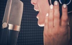 Καταγραφή τραγουδιού από τον τραγουδιστή στοκ εικόνα με δικαίωμα ελεύθερης χρήσης