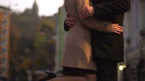 Καταδεικνύοντας συμπεριφορά φαλλοκρατών ατόμων, φλερτάροντας και έχοντας τη διασκέδαση σε μια ρομαντική ημερομηνία απόθεμα βίντεο