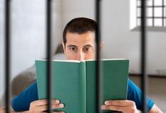 Καταδικάστε την ανάγνωση ενός βιβλίου στοκ εικόνες