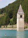 Καταδυμένος πύργος της εκκλησίας reschensee, άτομο που κολυμπά δίπλα σε το στοκ φωτογραφία με δικαίωμα ελεύθερης χρήσης