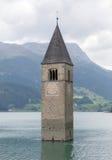 Καταδυμένος πύργος της εκκλησίας reschensee βαθιά στη λίμνη Resias σε Tren στοκ εικόνες