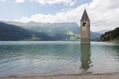 Καταδυμένος πύργος της εκκλησίας reschensee βαθιά στη λίμνη Resias σε Tren στοκ φωτογραφία