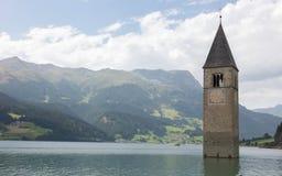 Καταδυμένος πύργος της εκκλησίας reschensee βαθιά στη λίμνη Resias σε Tren στοκ εικόνα με δικαίωμα ελεύθερης χρήσης
