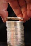 Καταθέτοντας σε τράπεζα ασημένια νομίσματα Στοκ φωτογραφίες με δικαίωμα ελεύθερης χρήσης