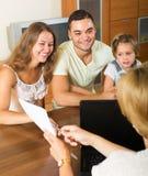 Καταθέτοντας σε τράπεζα βοηθητική και ικανοποιημένη οικογένεια Στοκ εικόνα με δικαίωμα ελεύθερης χρήσης