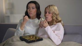 Καταθλιπτικά κορίτσια που τρώνε τις καραμέλες σοκολάτας, προεμμηνορροϊκό σύνδρομο, ορμόνες απόθεμα βίντεο