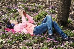 Καταθλιπτικά προσωπικά διαστημικά τηλεφωνικά ακουστικά κοριτσιών Στοκ εικόνα με δικαίωμα ελεύθερης χρήσης