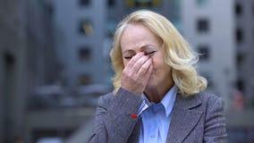 Καταθλιπτική γυναίκα εργαζόμενος που φωνάζει παίρνοντας eyeglasses μακριά, απόλυση εργασίας, αποχώρηση απόθεμα βίντεο