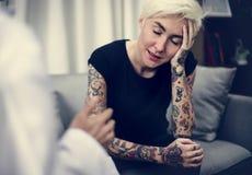 Καταθλιπτική γυναίκα που έχει μια σύνοδο παροχής συμβουλών στοκ φωτογραφίες με δικαίωμα ελεύθερης χρήσης