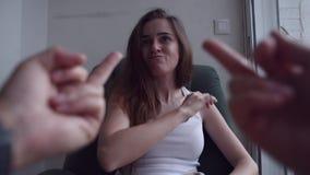 Καταθλιπτική γυναίκα που μαλώνει με κάποιο φιλμ μικρού μήκους