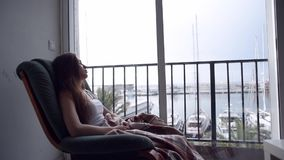 Καταθλιπτική γυναίκα που φαίνεται έξω το παράθυρο απόθεμα βίντεο