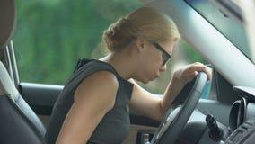 Καταθλιπτική επιχειρησιακή γυναίκα που σκέφτεται για την απόλυση, κάθισμα που ανατρέπεται στο αυτοκίνητο απόθεμα βίντεο