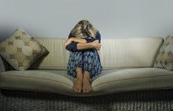 Καταθλιπτική και ανήσυχη όμορφη ξανθή γυναίκα που υφίσταται το συναίσθημα κρίσης κατάθλιψης και ανησυχίας που ματαιώνεται και που στοκ εικόνα με δικαίωμα ελεύθερης χρήσης