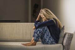 Καταθλιπτική και ανήσυχη όμορφη ξανθή γυναίκα που υφίσταται το depressio στοκ εικόνα